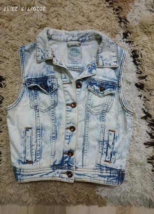Фирменная джинсовая укороченная жилетка bershka хс-с