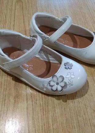 Нарядные лакированные белые туфельки туфли для девочки
