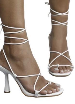 Босоножки на завязках на шпильке , маленьком каблуке ,  туфли
