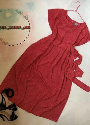 Красивое красное платье в горох
