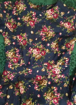 Стилтное джинсовое платье в цветочный принт .