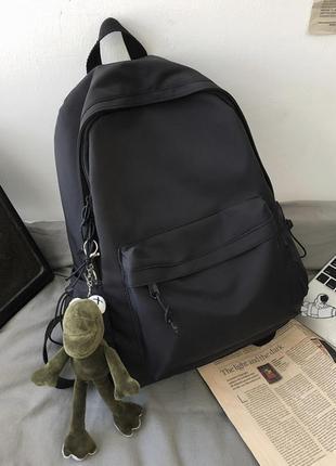 Рюкзак с подарком (брелок жаба) лягушка чёрный однотонный базовый портфель сумка