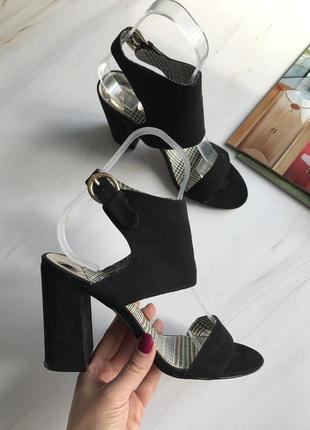 Жіночі босоніжки на каблуку