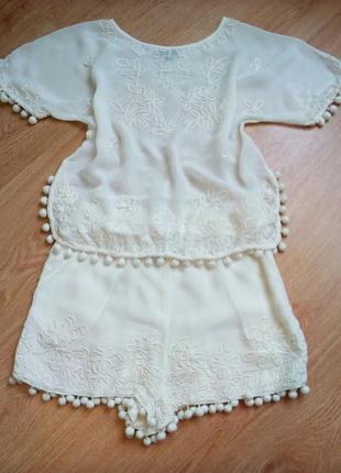 Шикарный красивый лёгкий костюм молочного цвета
