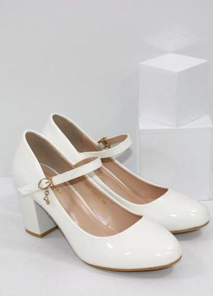 Белые женские лакированые туфли