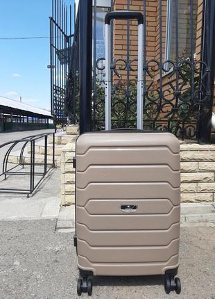 Качественный дорожный чемодан из полипропилена ручная кладь