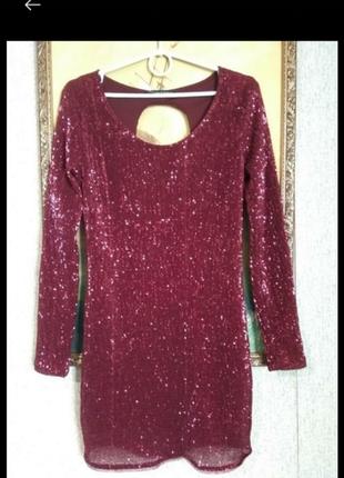 Платье с пакетами и вырезом на спинке