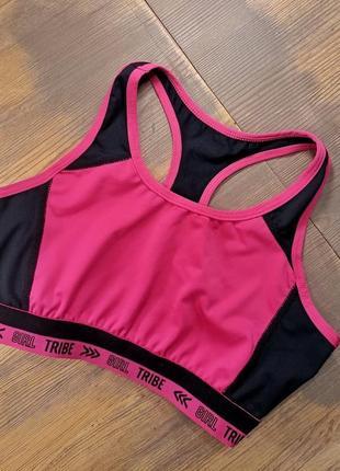 Ярко розовый спортивный топ с черными вставками