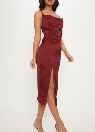 Платье бордового цвета с разрезом на брительках