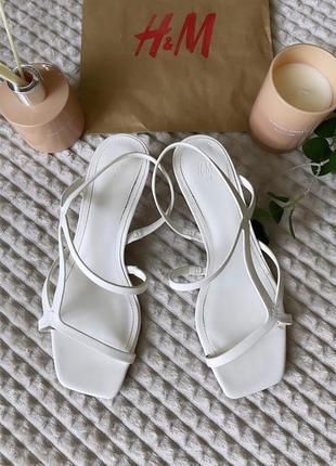 Стильні фірменні сандалі