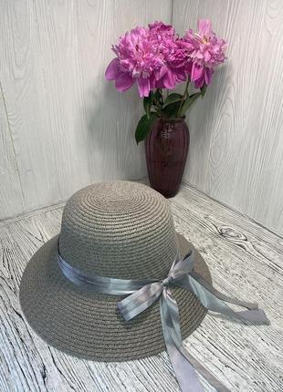 Женская солнцезащитная серая шляпа с лентой
