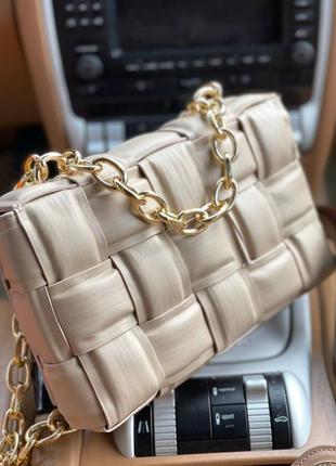 Бежевая сумочка с цепью