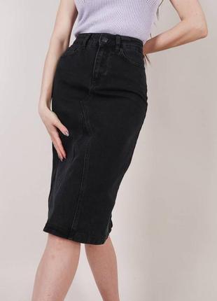 Чёрная джинсовая юбка миди с разрезом сзади