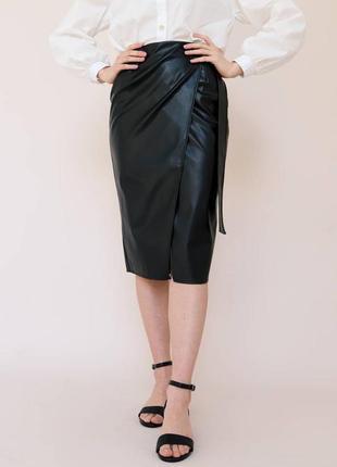 Чёрная кожаная юбка на запах