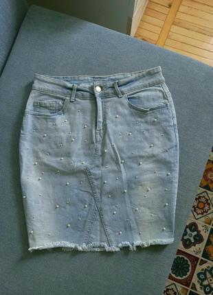 Нежная джинсовая юбка миди в жемчужинах