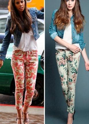 Яркие укороченнык джинсы в цветочный принт с высокой посадкой мом.