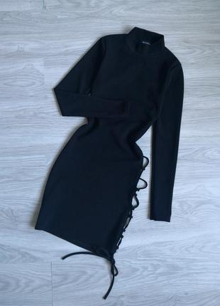 Чёрное вечернее платье с переплетами шнуровкой на спине и ноге