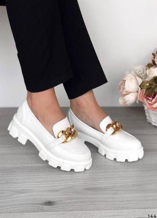 Белые туфли на массивной подошве лоферы с цепочкой