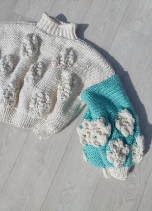 Очень красивый объёмный вязаный свитер с цветами белый с голубым ручная работа