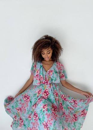 Платье на запах в цветочек серое