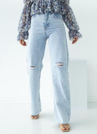 Прямые джинсы с рваными элементами