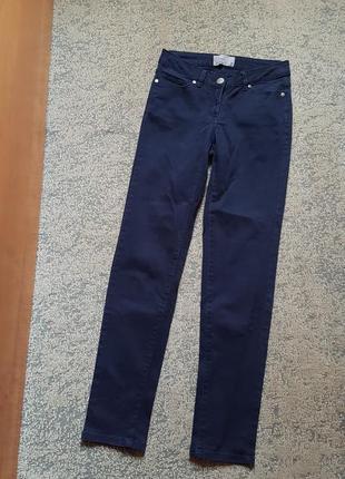 Темно синие узкие джинсы