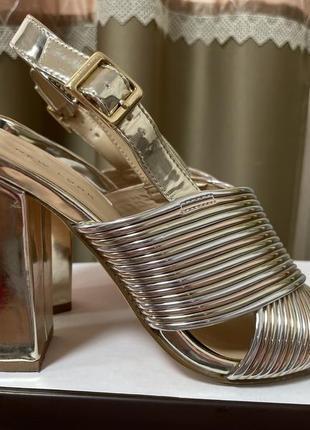 Золотистые зеркальные босоножки на блочном каблуке