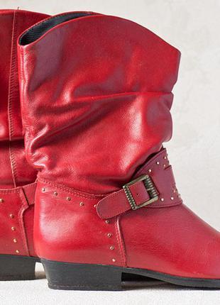 Сапоги красные, осенние, натуральная кожа, низкий каблук, украшенные ремешком с заклепками