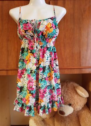 Платье в яркий цветочный принт сарафан с воланом.