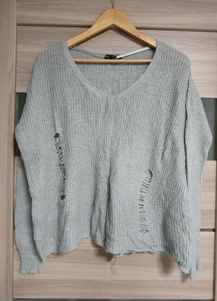Стильный рваный серый свитер оверсайз