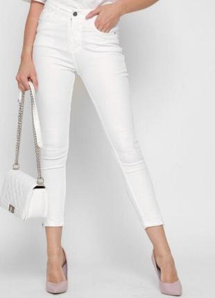 Белые джинсы суинни с вышивкой и молниями.