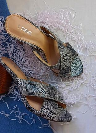 Босоножки на каблуке змеиный принт