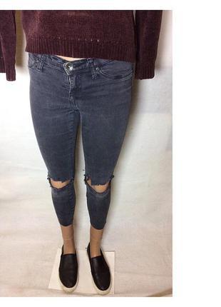 Укороченные джинсы с дырками