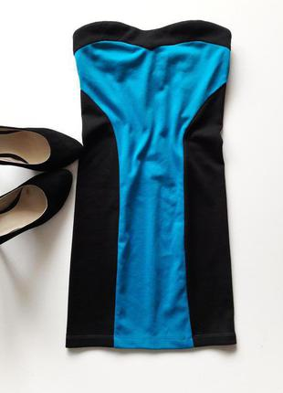 Трикотажное платье бюстье по фигуре.