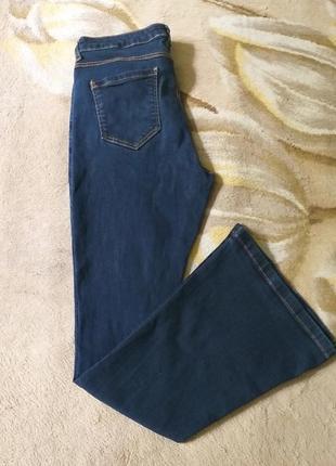 Брендовые джинсы. джинсы клеш. темно-синие джинсы.