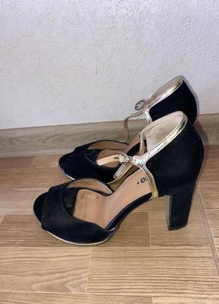 Женские чёрные босоножки на среднем, устойчивом каблуке
