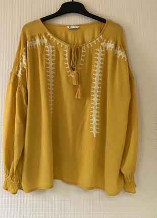 Яркая блуза с вышивкой