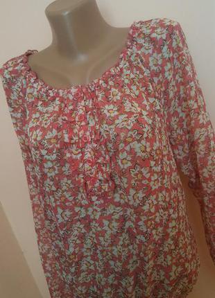 Красивая блуза в цветочек.