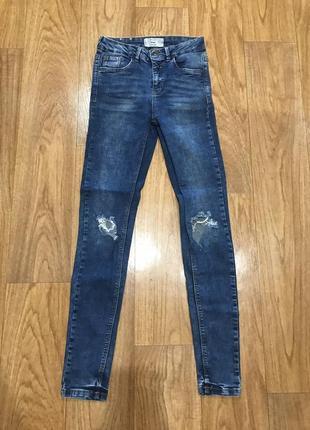 Синие джинсы скинни с высокой посадкой дырками на коленях