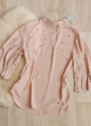 Кремовая блуза с расклешонными рукавами в жемчужиные бусины