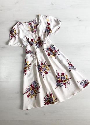 Біла сукня у квіти