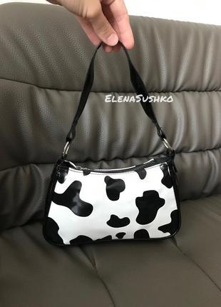 Лаковая маленькая сумка корова багет подмышку черно белая