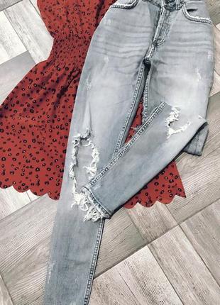 Красивые джинсы с вырезами, идеальное состояние