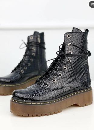 Мартинсы под рептилию зимние ботинки на шнуровке на грубой подошве с мехом