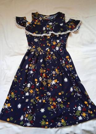 Платье с открытыми плечами в цветочек.