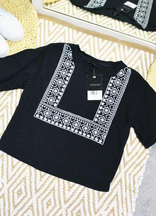 Новая футболка с вышивкой на груди topshop