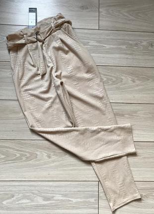 Бежевые брюки на резинке с карманами зауженные высокая посадка талия xs s