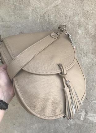 Сумка кожаная женская на плечо бежевая песочная италияgenuine leather кремовая на плечо длинный ремешок с кисточкой vera pelle