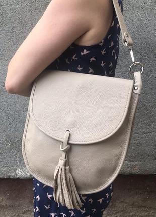 Сумка женская с кисточкой на длинных ручках кроссбоди бежевая пудра genuine leather италия песочный кремовый vera pelle