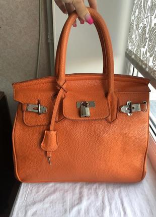 Оранжевая сумка типа биркин дефект в ручке